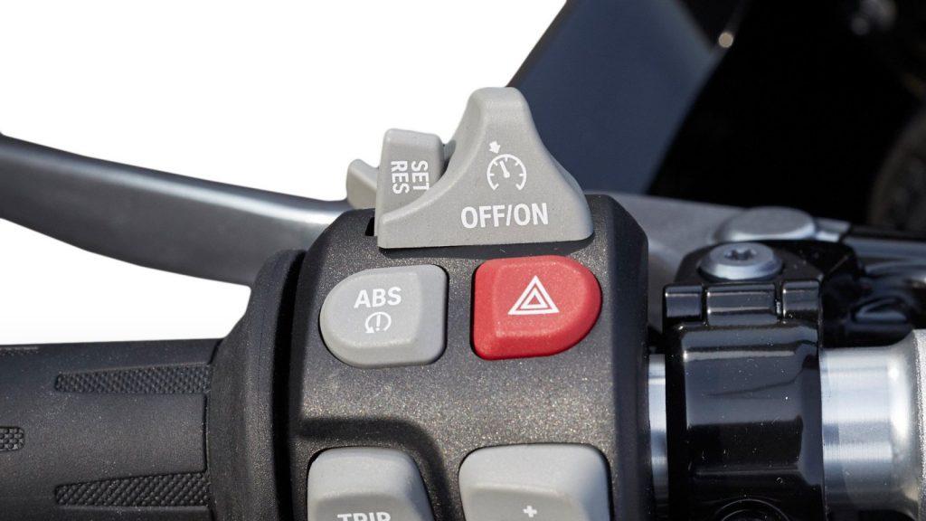 Przycisk systemu ABS w BMW