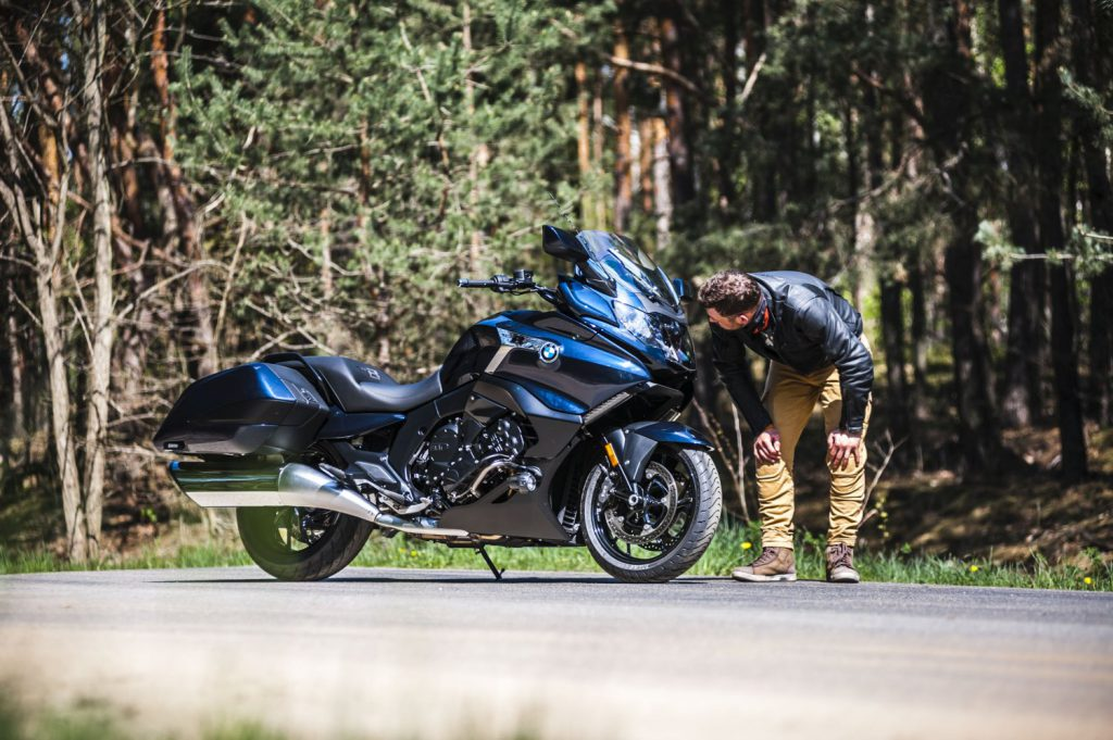 doświetlanie zakrętów motocykl